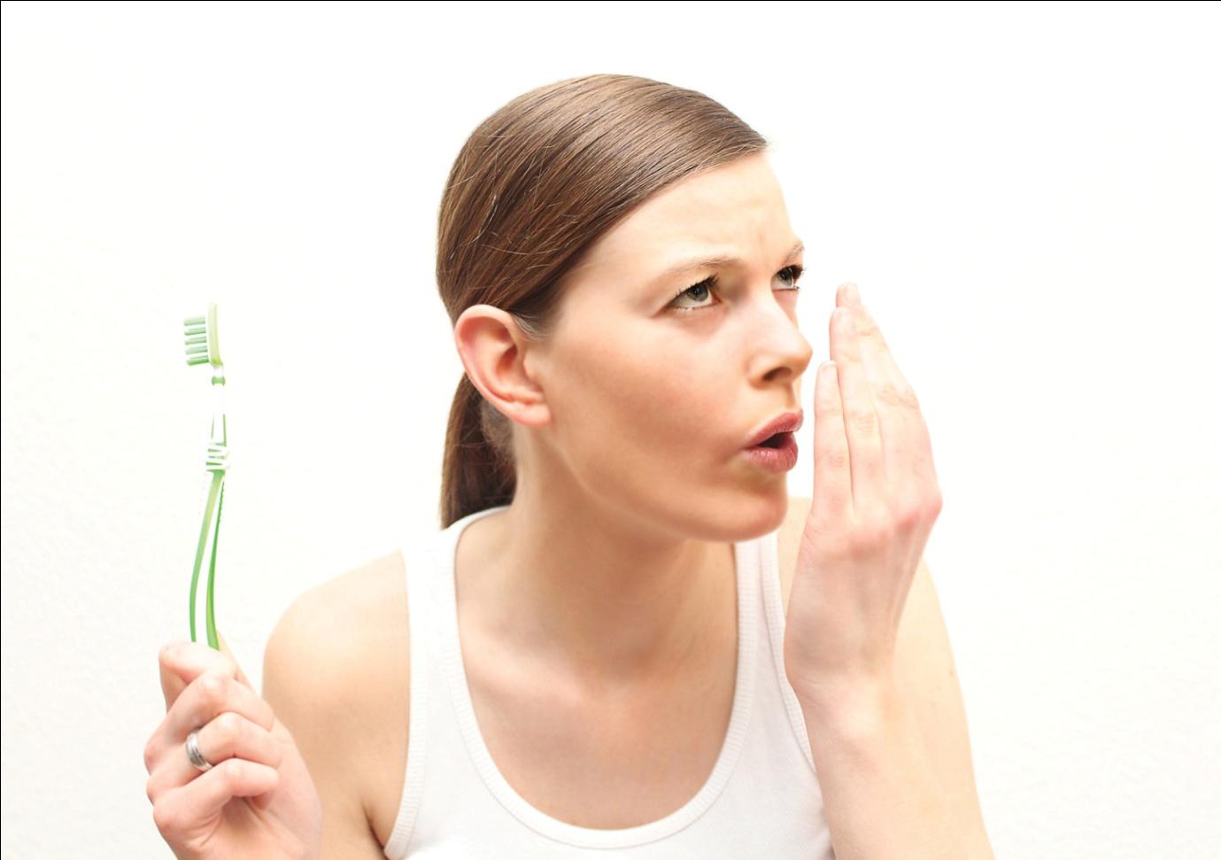 Bọc răng sứ có làm bạn hôi miệng không?
